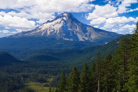 Maestosa vista di Mt. Hood su una luminosa giornata di sole durante i mesi estivi