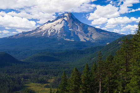 Majestuosa vista del Monte Hood en un día brillante y soleado durante los meses de verano