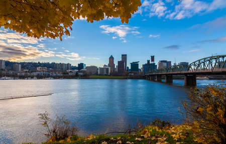 View of Portland, Oregon overlooking the willamette river on a Fall Afternoon Stok Fotoğraf