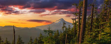 Maestosa vista di Mt. Cappa su un luminoso, colorato tramonto durante i mesi estivi.