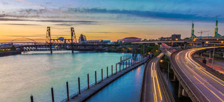 Portland, Oregon uitzicht op de stalen brug met licht reflecties op de rivier Willamette Stockfoto