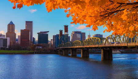 View of Portland, Oregon overlooking the willamette river on a Fall Afternoon Imagens