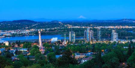 オレゴン州ポートランドの夜の美しいパノラマの風景。