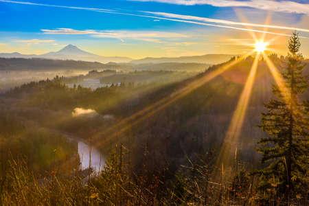 サンディ、オレゴン州、アメリカ合衆国の Jonsrud ビュー ポイントからの日の出の間に取られるマウントフッドの美しいパノラマ