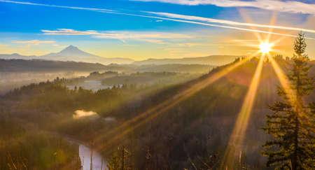 Mooi panorama van Mt. Kap die tijdens zonsopgang van Jonsrud-meningspunt wordt genomen in Zandig, Oregon, de VS