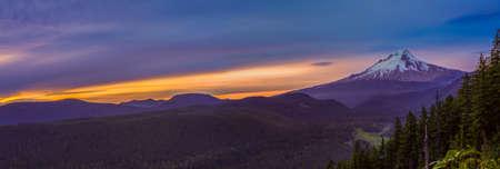 Maestosa vista di Mt. Cappa su un luminoso, colorato tramonto durante i mesi estivi. Archivio Fotografico