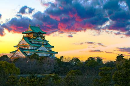 大阪府の大阪城の美しい夕日のイメージ