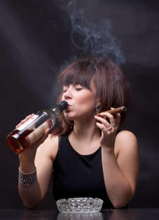 fotó nő iszik alkoholt, és dohányzik egy szivart