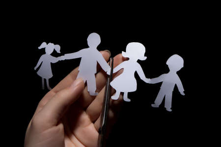 scheidung: Papier-Kette der Familie, Scheidung auf schwarzem Hintergrund