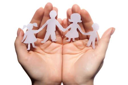 chainlinked: Papier keten familie beschermd zijn handen op een witte achtergrond