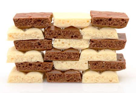 cikolata: black and white chocolate pieces, closeup