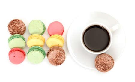 マカロン: カラフルなマカロンと白い背景の上にコーヒーを 1 杯 写真素材