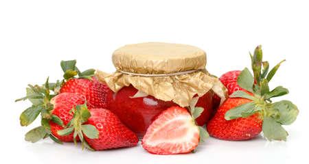 Fresas Frescas con el primer tarro de mermelada sobre el fondo blanco photo