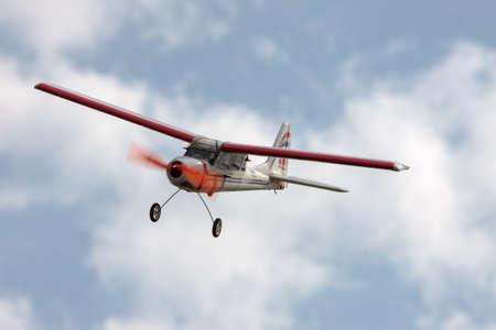 piloto de avion: RC modelo de avi�n volando en el cielo azul, primer plano Foto de archivo