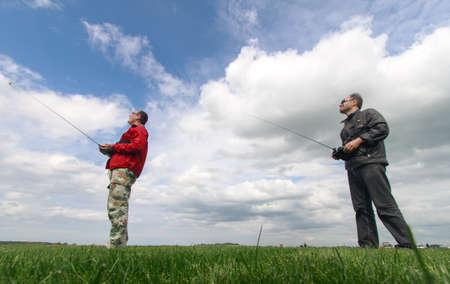 Két ember irányítja RC vitorlázó az égen Stock fotó