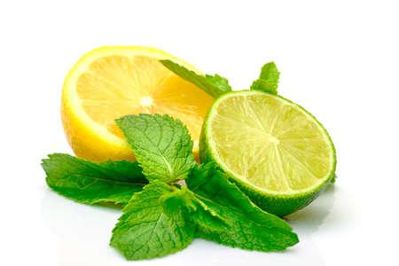 menta: Fresh Lemon, Lime y menta, aisladas sobre fondo blanco Foto de archivo