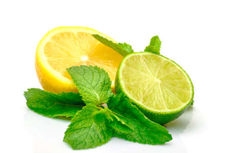 lemon slices: Limone fresco, lime e menta, isolato su sfondo bianco Archivio Fotografico