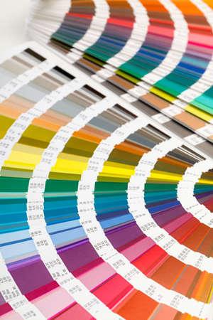 インテリア デザインと装飾の使用のためのすべてのスペクトルの色の色相の範囲を表示する煽ら色ガイド 写真素材