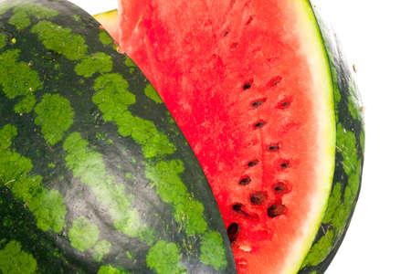 pips: Gesneden rijpe verse watermeloen met de verfrissende waterige zoete roze vruchtvlees en pitten geïsoleerd op een witte achtergrond