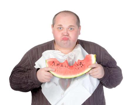 servilleta de papel: Hombre obeso con una servilleta babero alrededor de su cuello de pie comiendo una rebanada grande de sand�a jugosa fresca aislada en blanco