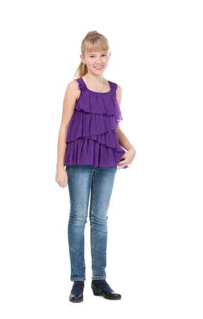 jeune fille adolescente: Jeune Fille Debout Dans Studio, isolé sur fond blanc