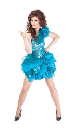 transexual: Retrato de cuerpo entero de drag queen. Hombre vestido como mujer, aislado en fondo blanco