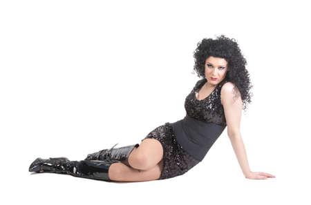 transexual: Retrato de la reina de la fricci�n acostado en el piso. Hombre vestido como mujer, aisladas sobre fondo blanco Foto de archivo