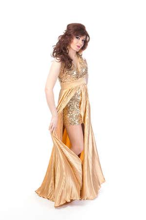 transexual: Retrato de cuerpo entero de drag queen. Hombre vestido como mujer, aisladas sobre fondo blanco