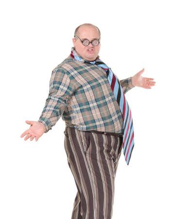 flamboyant: Leuk portret van een zwaarlijvige man met een schandalige gevoel voor mode met oversized flamboyante stropdas, op wit