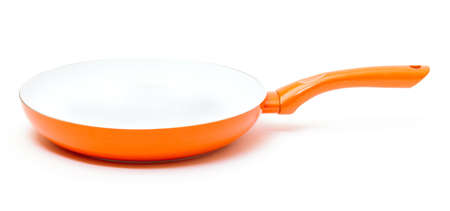 antiaderente: Arancione Padella con rivestimento ceramico antiaderente su sfondo bianco Archivio Fotografico