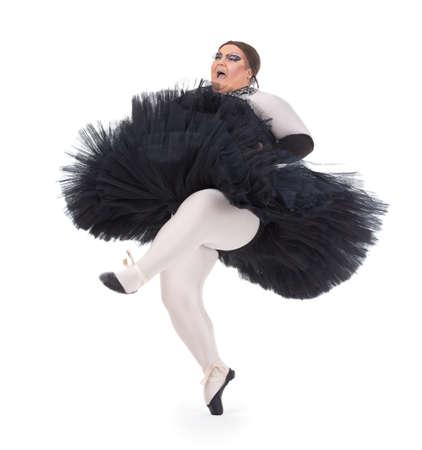 Túlsúlyos drag queen tánc szoknyában fürgén lábujjhegytáncosnő lábával nevelkedett egy szórakoztató karikatúrája egy női balett táncos, fehér