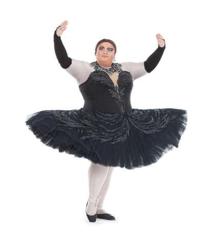 baile caricatura: Sobrepeso drag queen bailando en un tut� con agilidad equilibrio de puntillas con el pie levantado en una divertida caricatura de una bailarina de ballet femenino, sobre fondo blanco