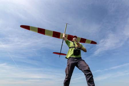 rc: 남자는 하늘 RC 글라이더, 광각으로 시작 스톡 사진
