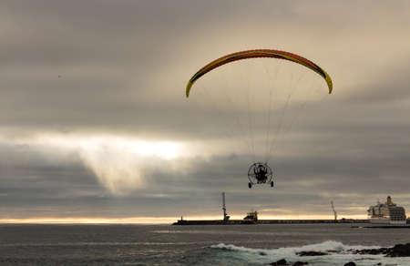 motorizado: Motorizado Parapente Vuelo sobre Ocean Harbor, puesta del sol