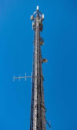 通信: ハイテク電子通信塔、青い空を背景に
