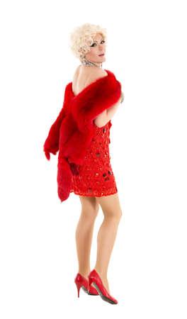 Drag queen in abito rosso con pelliccia esecuzione, su sfondo bianco