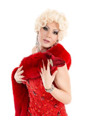 Drag queen in abito rosso con pelliccia esecuzione, su sfondo bianco Archivio Fotografico