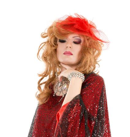 Portrait Drag Queen en robe rouge Femme spectacle, sur fond blanc Banque d'images