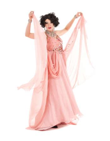 Ritratto Drag Queen in Pink abito da sera esecuzione, su sfondo bianco