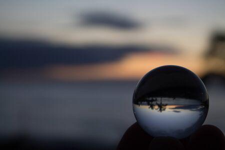 Schöne Landschaft hinter einer Kristallkugel