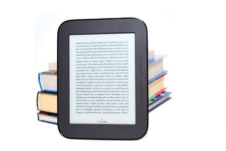 Elektronisch boek (e-book) en stapel van kleur boeken geïsoleerd op witte achtergrond Stockfoto