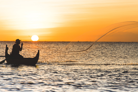 bateau p�che: P�cheur avec filet � Jimbaran, Indon�sie