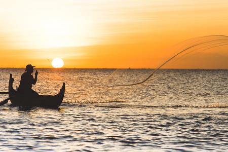 hombre pescando: Pescador con la red en Jimbaran, Indonesia