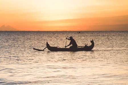 pescador: Pescador en barco en Jimbaran, Indonesia