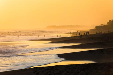 발리, 인도네시아에 꾸따 해변에서 석양 사람들의 실루엣