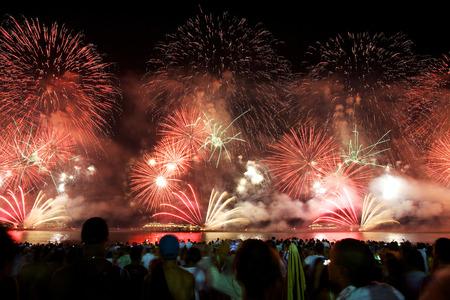 新しい年の大晦日、コパカバーナ海岸で花火します。 写真素材