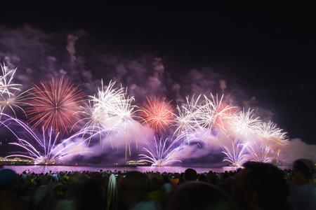 리오 데 자네이로 - 2013 년 12 월 31 일 : 새로운 년 이브에 코파 카 바 나 해변에서 위대한 불꽃 놀이 표시합니다.