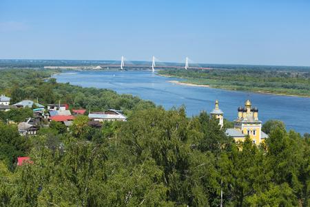 러시아 도시 Murom 교회 세인트 니콜라스 (니콜로 Naberezhnaya)와 케이블 있었지 다리 오카 강 건너 공중보기.