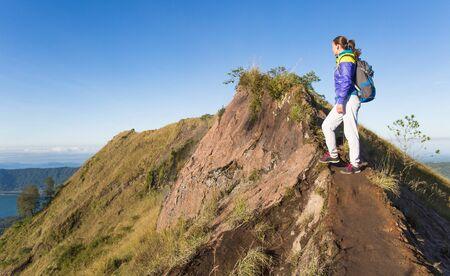 Gunung Batur 화산 위에 걷는 배낭과 소녀 관광