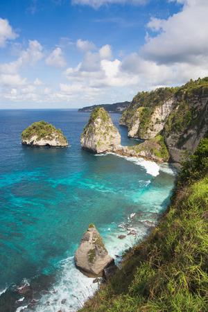 Nusa Penida 섬, 인도네시아에 Atuh 해변에서 바다에서 바위